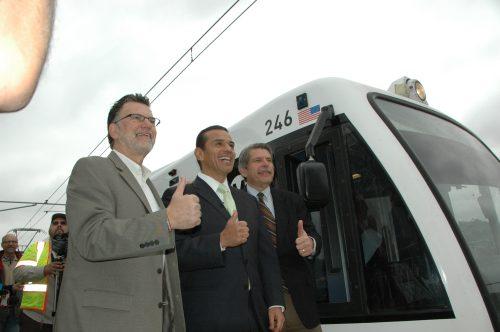 Todos contentos y felices. También se anunció que habrá dos días de pasaje gratis para que la gente disfrute de la nueva línea del tren ligero.