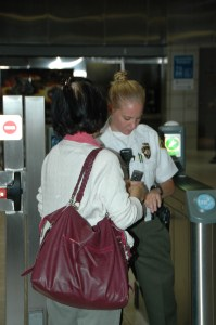 Inspectores del pasaje revisan los boletos a la entrada de la estación Normandie de la Línea Morada del Metro.