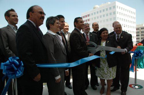 El alcalde Antonio Villaraigosa y la supervisora Gloria Molina en los momentos de cortar el liston de inauguración de los primeros 90 apartamentos del nuevo Desarrollo Orientado al Transporte de viviendas. (Foto Luis Inuzunza/El Pasajero).