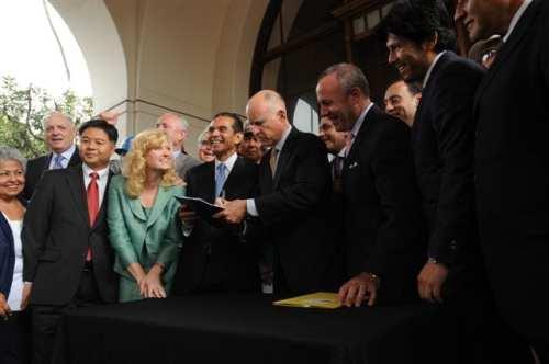 Momentos en que el gobernador del estado Jerry Brown firma el proyecto de ley para dar inicio a la construcción de tren bala en California. (Foto Juan Ocampo/El Pasajero).