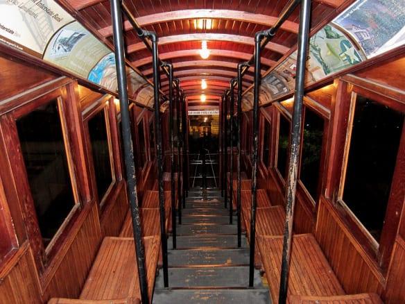 Interior del vagón Angels Flight. (Foto DB's Travels vía Flickr Creative Commons).