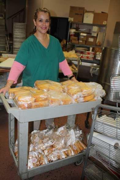 Michelle Barton, nieta de los fundadores, muestra algunos de los tamales listos para entregarse. (Foto de Agustín Durán/El Pasajero)