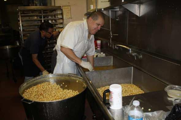 La preparación de los tamales en La Mascota se inicia moliendo el maíz. Víctor Salcedo es uno de los hijos del fundador. (Foto de Agustín Durán/El Pasajero).