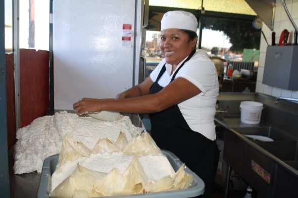 Marlen Palafox es la ama y señora de la cocina en Tamales Guadalajara. (Foto de Agustín Durán/El Pasajero).