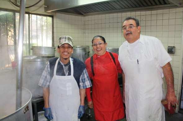 """Juanito """"El Chef"""", Emilia Ramos la mera dueña del negocio y Rodolfo Chávez, encargado del La Indiana desde hace  35 años. (Foto de Agustín Durán/El Pasajero)."""