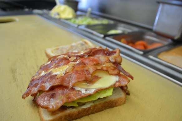 Sándwich de tocino con huevo, frijoles, lechuga y queso, uno de los más solicitados (Foto de Agustín Durán/El Pasajero).