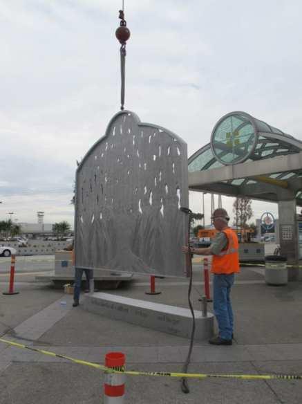 Un trabajador termina de instalar la escultura.