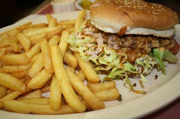 ¼ lb. Chili Burger , es una súper hamburguesa ya que las porciones son muy generosas. (Foto de Agustín Durán/El Pasajero).