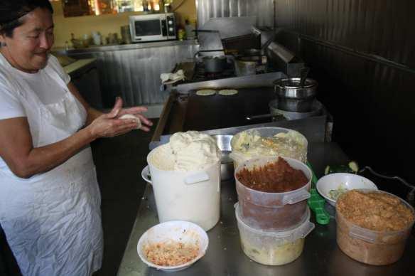 Antonia cocina pupusas desde que era niña y en un día ha preparado hasta dos mil. (Foto de Agustín Durán/El Pasajero).