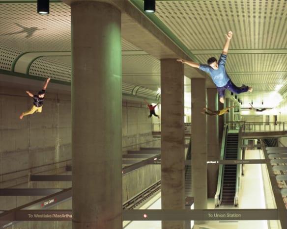 """""""I Dream I Could Fly"""", de Jonathan Borofsky, es una interpretación de los sueños del artista de poder volar. La obra está en la estación Civic Center."""