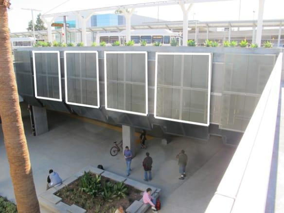 Vista de la ubicación de los paneles donde se colocarán las obras de arte en la estación El Monte.
