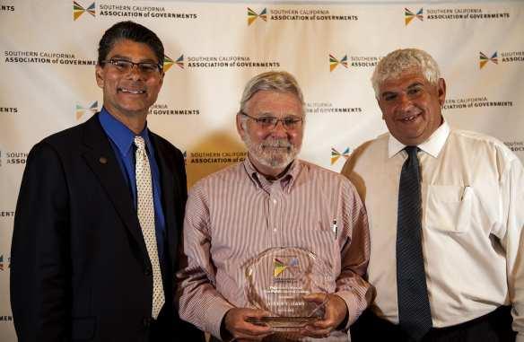 El director general ejecutivo de Metro, Art Leahy (centro) con el Premio de Líder del Año en el Sector Público.