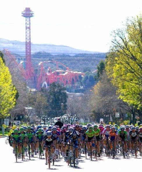 Ciclistas con la Montaña Mágica a sus espaldas. Foto: Página oficial de Facebook de Santa Clarita Tour of California 2013.