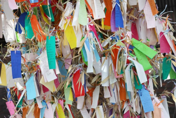 Escriba un deseo y amárrelo a un árbol en Little Tokyo. Foto: Sam Howzit via Flickr Creative Commons.