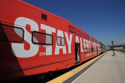 Este tren de Metrolink no es tímido para llevar su mensaje. Foto: Juan Ocampo/Metro.