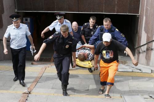 Rescatistas trasladan a un herido en el accidente del metro en Moscú. Foto: eluniverso.com
