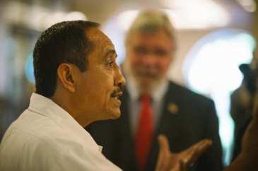 Marco Ramírez y el director general ejecutivo de Metro, Art Leahy.