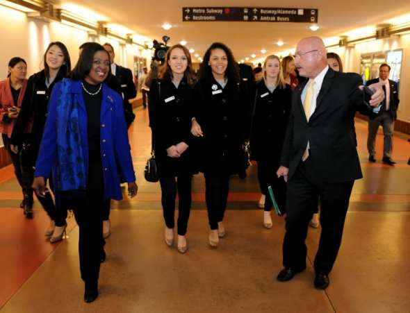 La integrante de la Junta Directiva de Metro, Jackie Dupont-Walker, se une a la Reina del Desfile de las Rosas y a su corte. Foto: Juan Ocampo/Metro.