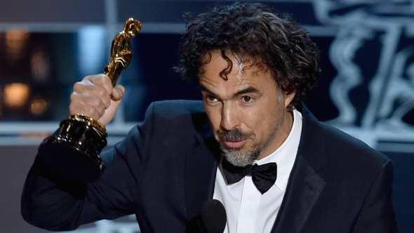 """González Iñárritu al recibir uno de los tres premios Oscar por """"Birdman"""". Foto: CNN México."""