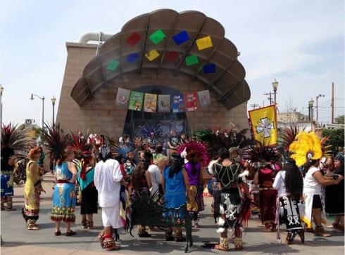 Celebración del festival frente a la estación Mariachi Plaza.