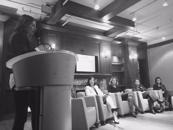 La actriz Stana Katic durante la moderación del panel sobre mujeres y transporte público.