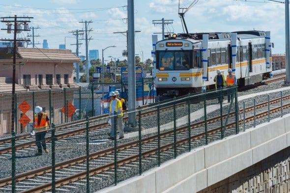 El tren se dirige al oeste desde Culver City.