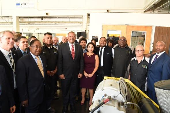 El secretario Foxx con el supervisor Mark Ridley-Thomas, el director general ejecutivo de Metro, Phil Washington y varios estudiantes. Foto: Luis Inzunza/Metro.