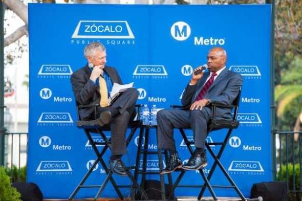 Phil Washington (derecha) durante la entrevista con Nolan.