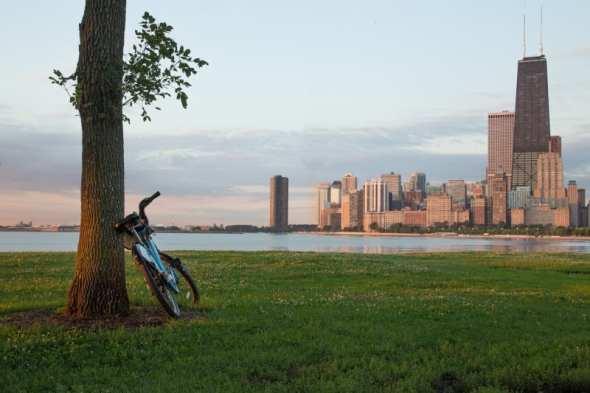 Una bicicleta Divvy con el edificio del John Hancock Center como fondo. Foto: