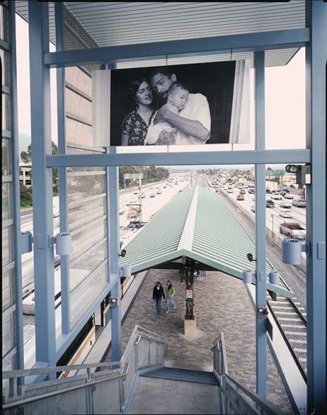 La foto de Tony Gleaton sobre las escaleras de la estación Sierra Madre Villa en Pasadena.