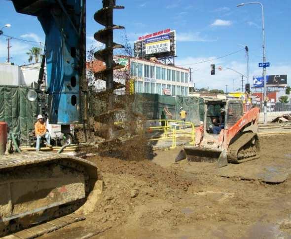 Instalación de pilares en Vernon y Crenshaw. Foto: Metro.