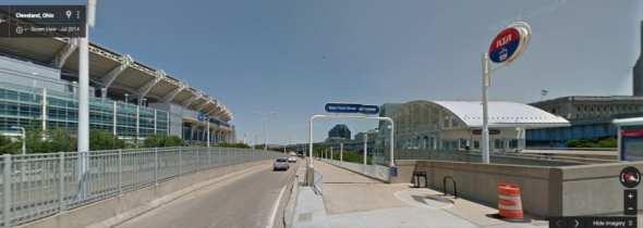 En Cleveland, un tren ligero lleva a los aficionados de los Browns hasta su estadio . Foto: Google maps.