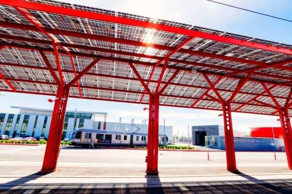 Edificio de mantenimiento en Monrovia. Abajo, las instalaciones interiores. Fotos: Steve Hamon/Metro.