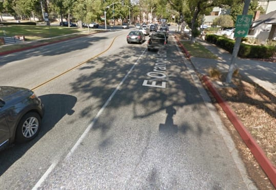 Vía de Pasadena con letrero para ciclistas.