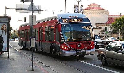 Autobús rápido en Wilshire Boulevard.