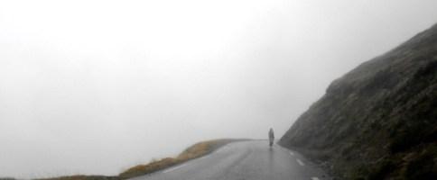 Manu engullido por la niebla camino de Tourmalet