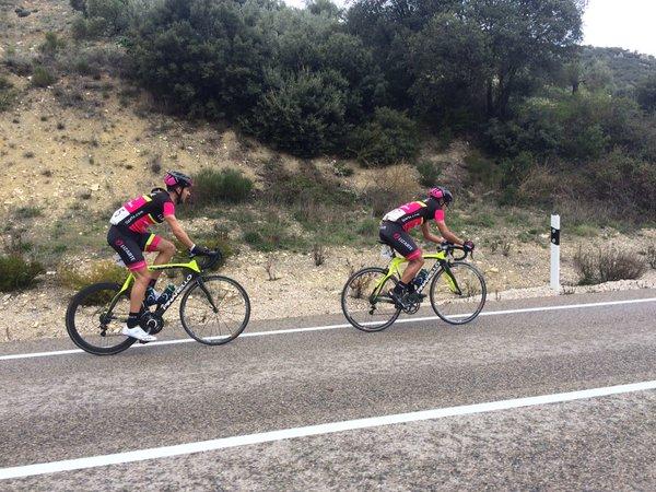 Carretero y Carapaz en busca de la meta en Torredonjimeno (Fuente: @ClasicaTorredon )