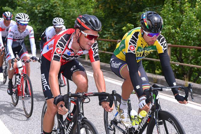 Sagan, que será líder un día más, charla con Dillier (BMC) durante el transcurso de la etapa de hoy. © TDWSport