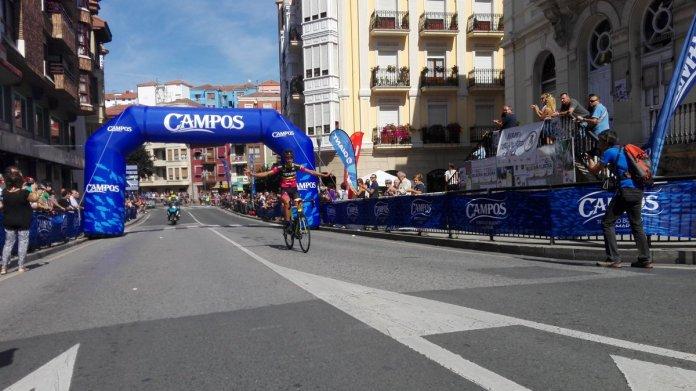 Carretero entrando en meta triunfador del Circuito de Sollube (Foto: @egoitzi )
