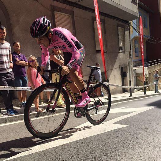 """Chava durante pleno esfuerzo en la cronoescalada de la Vuelta a Cantabria que acabó venciendo (Foto: Facebook """"Chavita Angulo"""" )"""