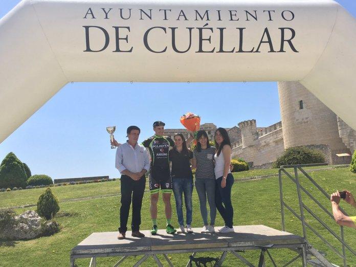 Noel Martín dio el triunfo al Kuota-Paulino en Cuéllar, rematando un día perfecto para el conjunto asturiano (Foto: @SpcaTeam)