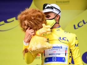 Alaphilippe en el podio con el maillot amarillo (Foto: letour.fr)