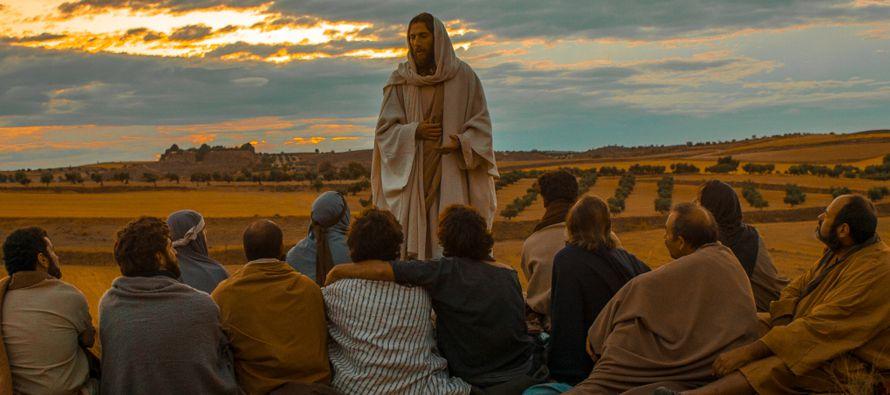 Resultado de imagen para En aquel tiempo, Jesús dijo a sus discípulos: «Yo os digo a los que me escucháis: Amad a vuestros enemigos, haced bien a los que os odien, bendecid a los que os maldigan, rogad por los que os difamen. Al que te hiera en una mejilla, preséntale también la otra; y al que te quite el manto, no le niegues la túnica. A todo el que te pida, da, y al que tome lo tuyo, no se lo reclames. Y lo que queráis que os hagan los hombres, hacédselo vosotros igualmente. Si amáis a los que os aman, ¿qué mérito tenéis? Pues también los pecadores aman a los que les aman. Si hacéis bien a los que os lo hacen a vosotros, ¿qué mérito tenéis? ¡También los pecadores hacen otro tanto! Si prestáis a aquellos de quienes esperáis recibir, ¿qué mérito tenéis? También los pecadores prestan a los pecadores para recibir lo correspondiente.