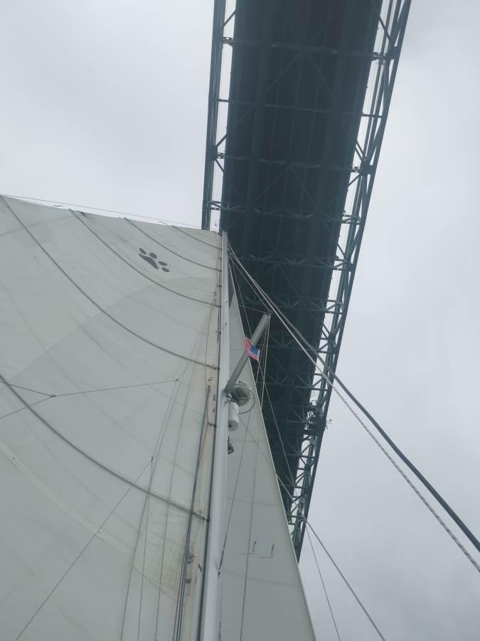 Pasando por debajo del puente de Newport