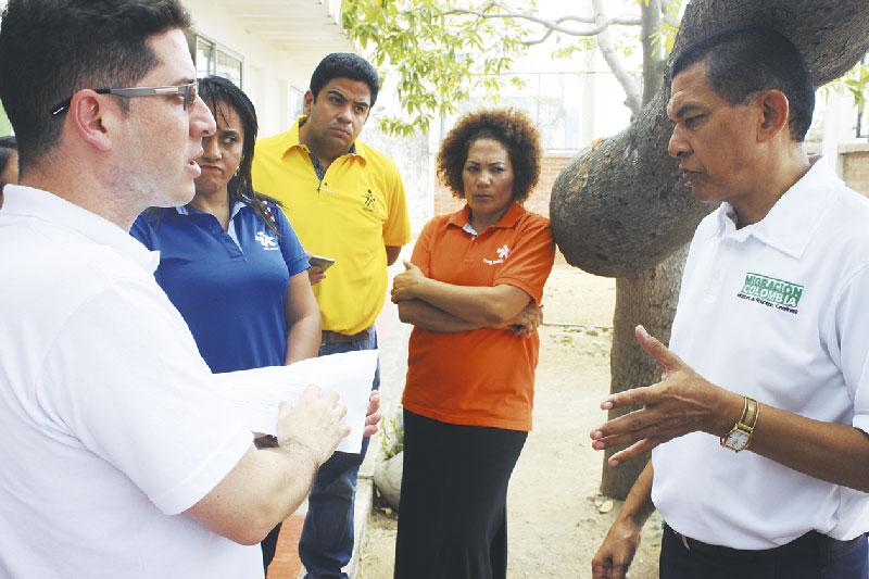 En los albergues para colombianos deportados por el gobierno venezolano estuvo el Directordel Sistema Nacional de Formación para el Trabajo del Sena, quien se reunión con representante del gremio de confecciones y asociaciones de Maicao.