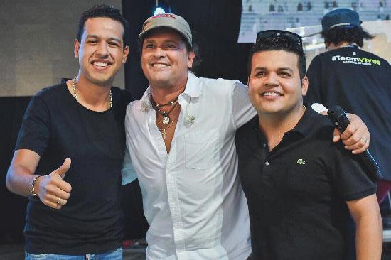Martín Elías, Carlos Vives y Juan Carlos Vega, compartiendo un ensayo en Valledupar. EL PILÓN / Cortesía.