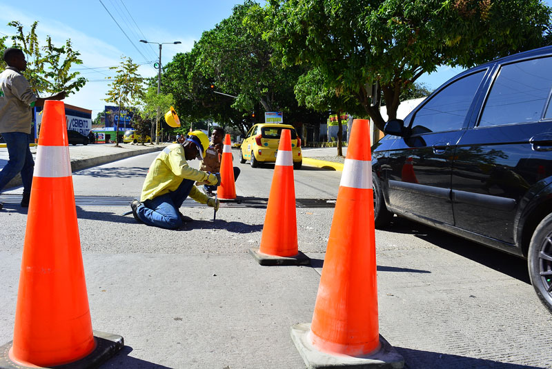 Obreros trabajando en las correcciones a las dilataciones de las placas de concreto