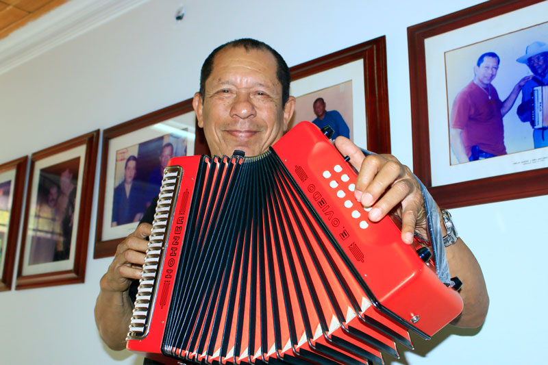 Emilio Oviedo es oriundo de en Costilla, corregimiento del municipio de Pelaya, Cesar.
