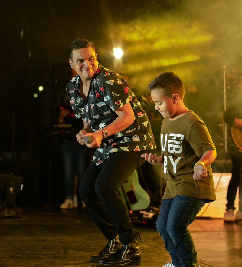 El menor de los hijos de Silvestre subió al escenario, demostrando que heredó de su padre el carisma y el swing para el baile.