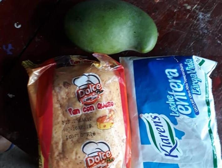 En la minuta se señala que el desayuno será un pan ocañero, leche y una fruta de cosecha, en este caso un mango. Sin embargo, a varias autoridades le preocupa la situación.   Foto: CORTESÍA